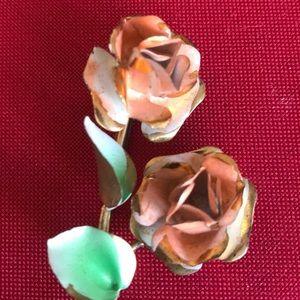 unbranded Jewelry - Lovely goldtone metal flower pin painted enamel